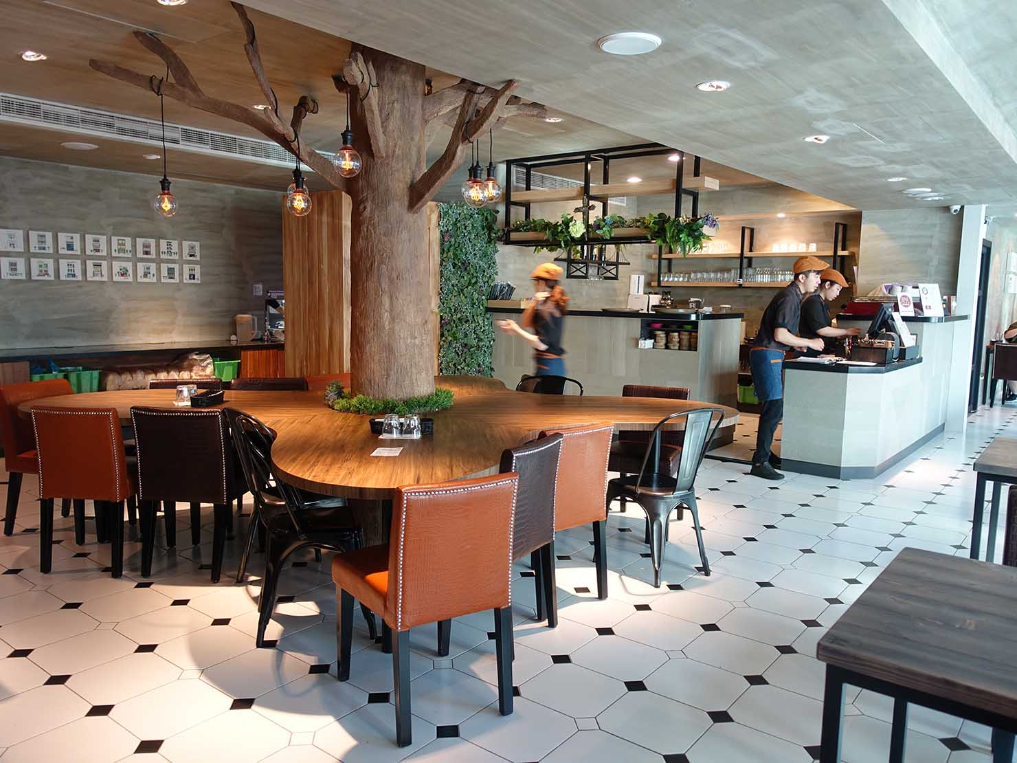 台南駅徒歩10分のかわいいデザインホテル「南方家屋 Old School」併設レストラン「日光徐徐」のカウンター席