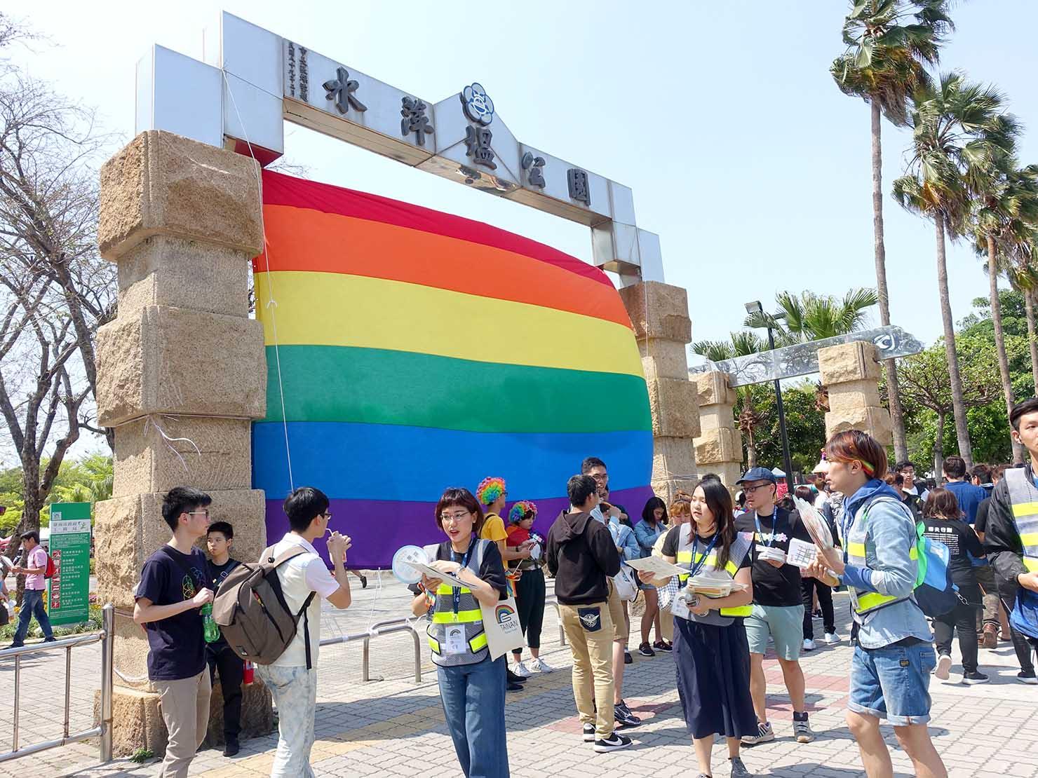 2018年台湾最初のLGBTプライド「台南彩虹遊行(台南レインボーパレード)」会場前の巨大レインボーフラッグ