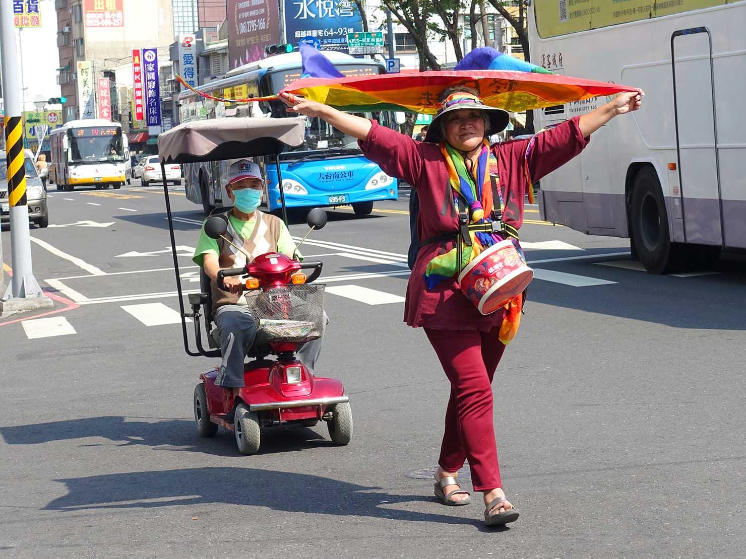 2018年台湾最初のLGBTプライド「台南彩虹遊行(台南レインボーパレード)」でレインボーフラッグ掲げて歩く女性