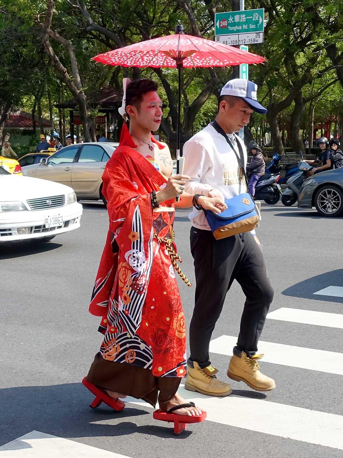 2018年台湾最初のLGBTプライド「台南彩虹遊行(台南レインボーパレード)」で和傘をさす参加者