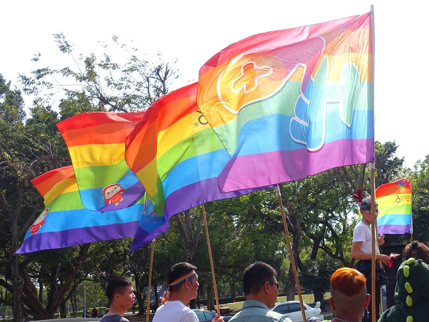 2018年台湾最初のLGBTプライド「台南彩虹遊行(台南レインボーパレード)」のパレード隊列にはためくレインボーフラッグ