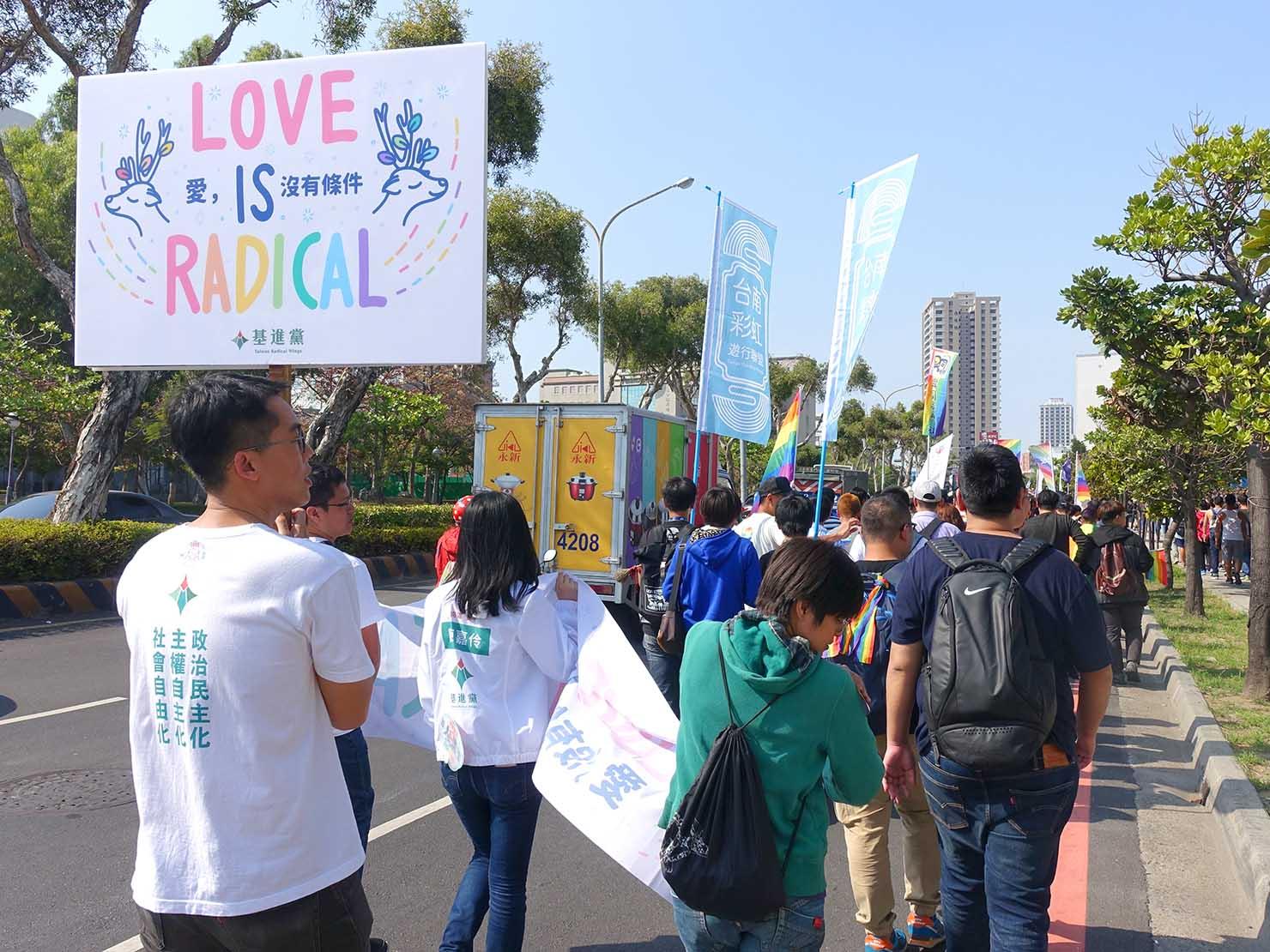 2018年台湾最初のLGBTプライド「台南彩虹遊行(台南レインボーパレード)」でメッセージボードを掲げる団体