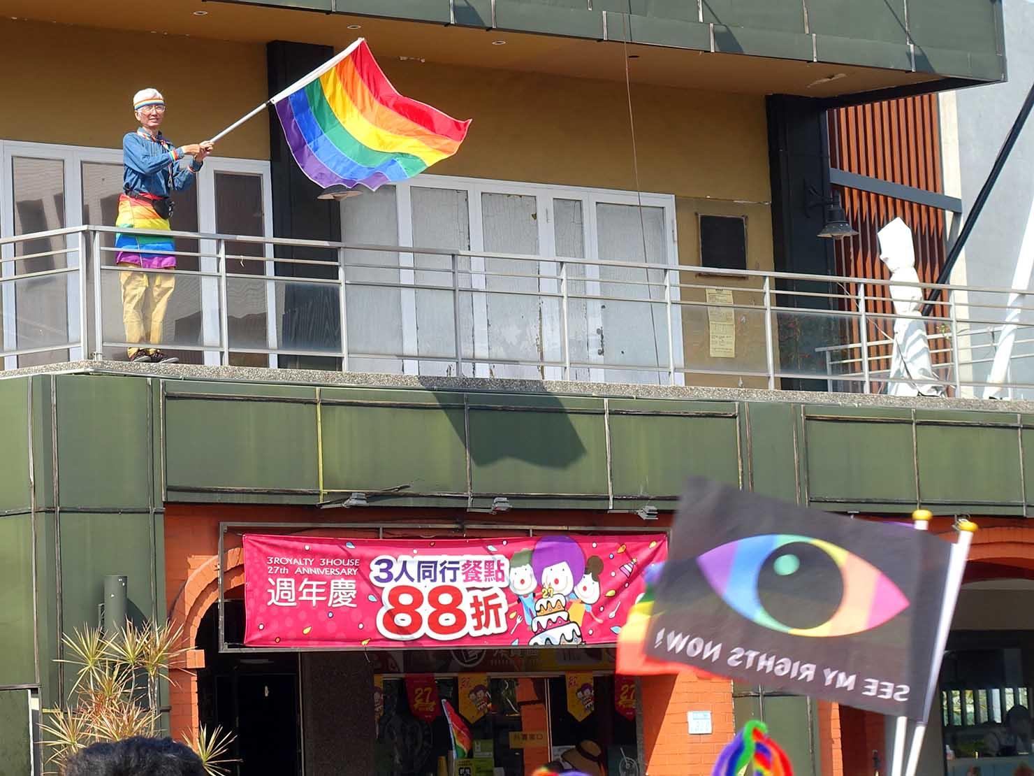 2018年台湾最初のLGBTプライド「台南彩虹遊行(台南レインボーパレード)」でレインボーフラッグを振る活動家・祁家威氏