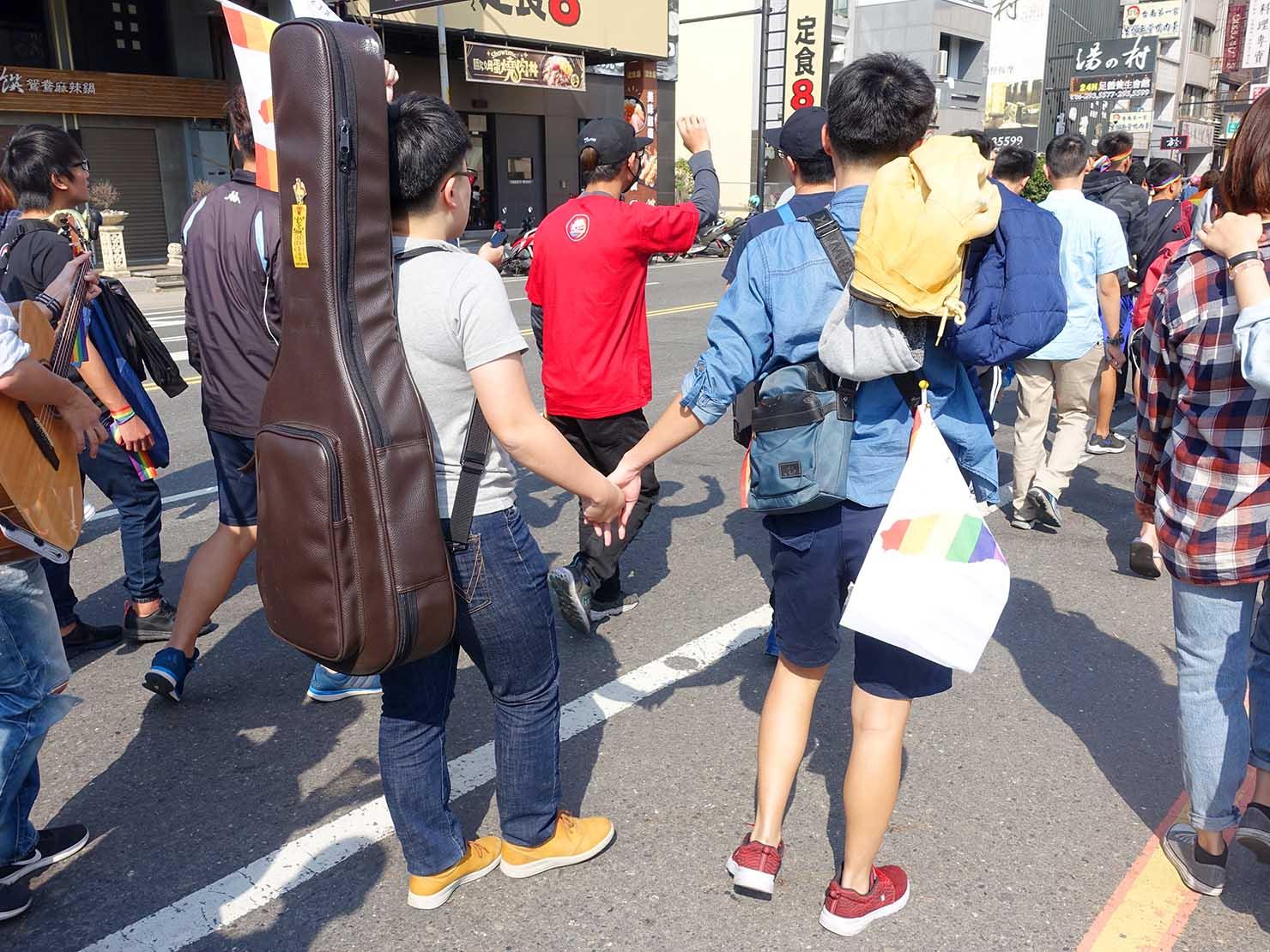 2018年台湾最初のLGBTプライド「台南彩虹遊行(台南レインボーパレード)」で手を繋ぐレズビアンカップル