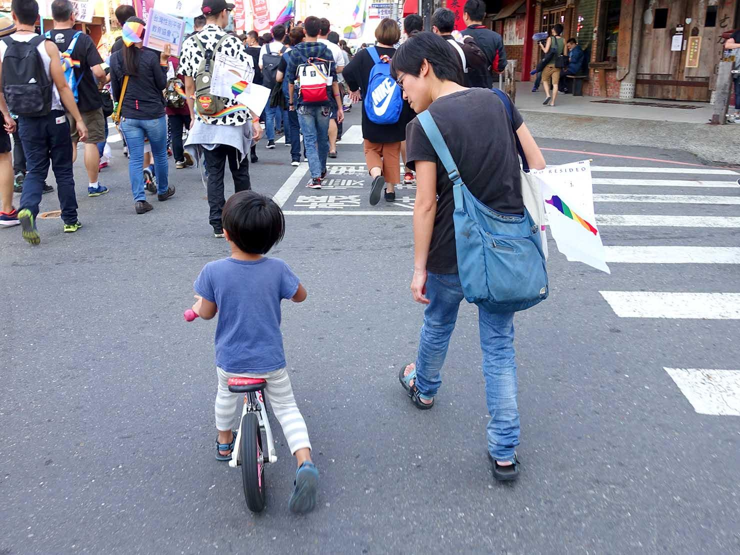 2018年台湾最初のLGBTプライド「台南彩虹遊行(台南レインボーパレード)」に参加する親子