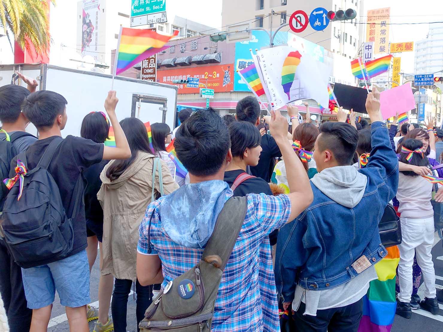 2018年台湾最初のLGBTプライド「台南彩虹遊行(台南レインボーパレード)」でレインボーフラッグを振る参加者たち