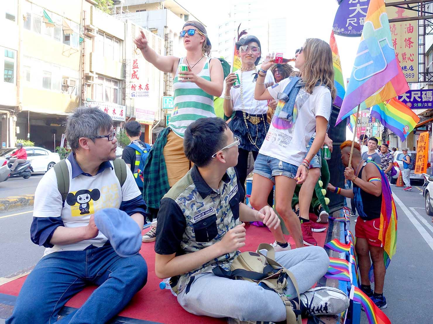 2018年台湾最初のLGBTプライド「台南彩虹遊行(台南レインボーパレード)」で盛り上がるパレードカー