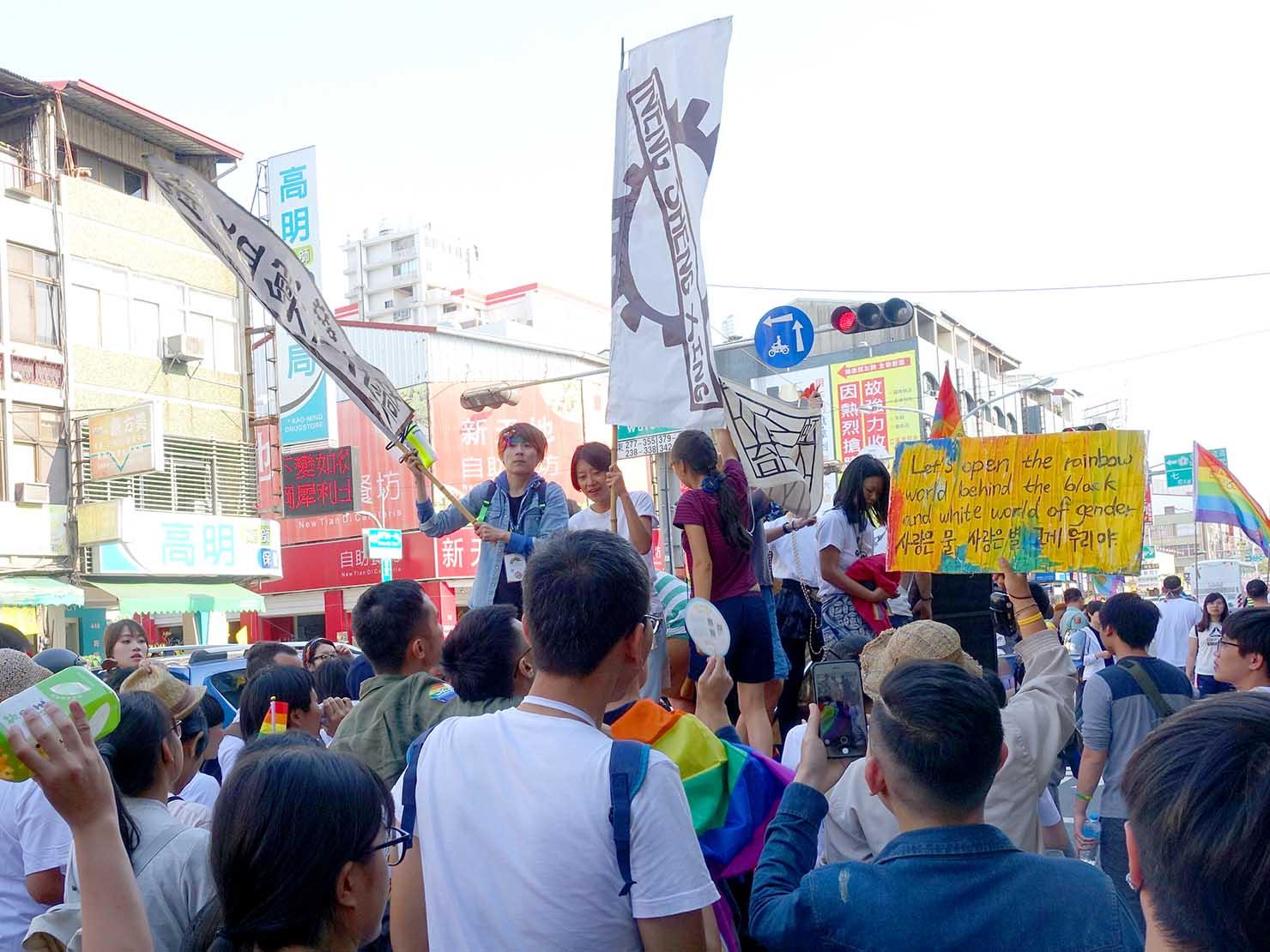 2018年台湾最初のLGBTプライド「台南彩虹遊行(台南レインボーパレード)」で盛り上がるパレードカーの周辺