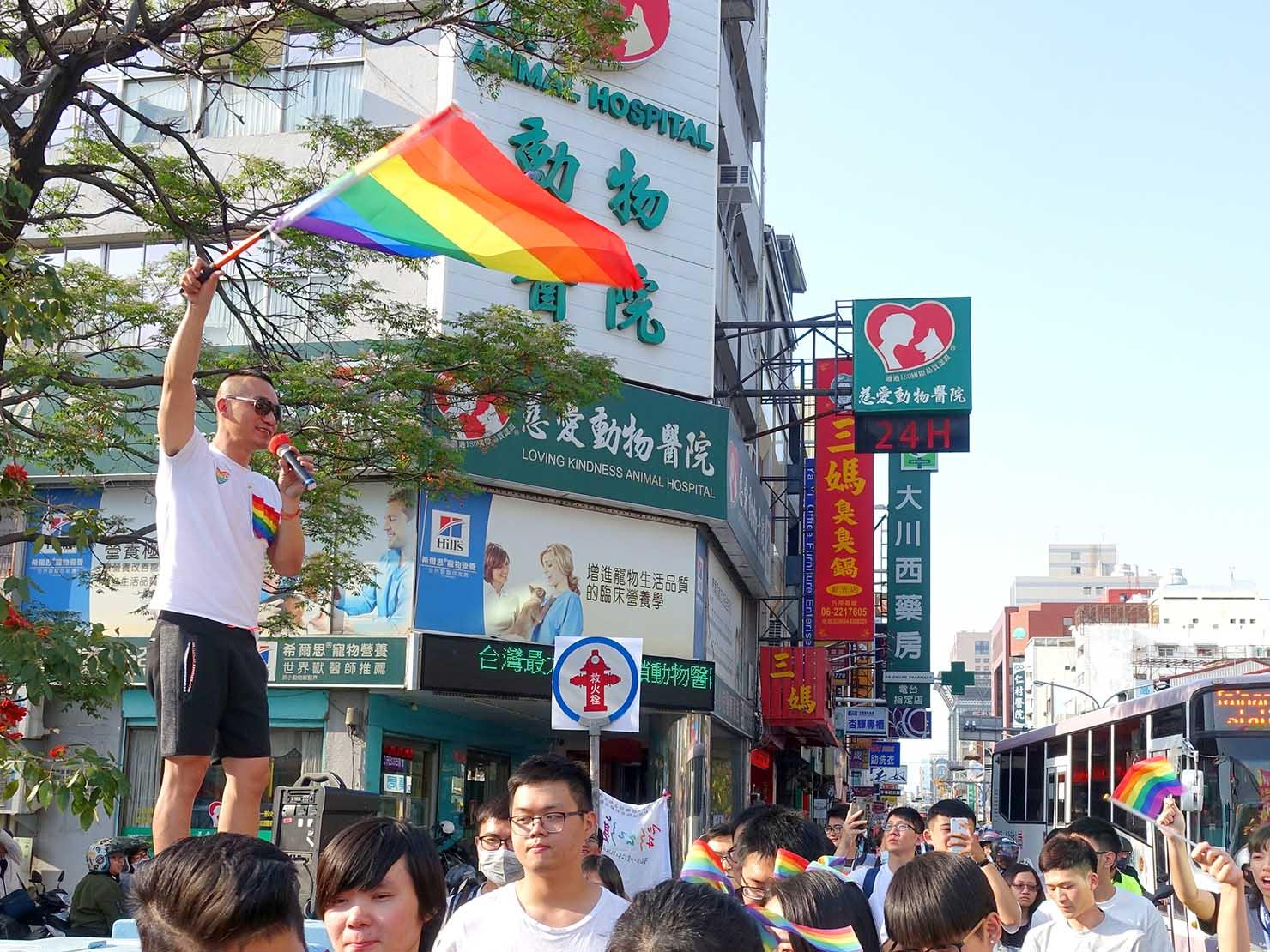 2018年台湾最初のLGBTプライド「台南彩虹遊行(台南レインボーパレード)」でレインボーフラッグを掲げる男性