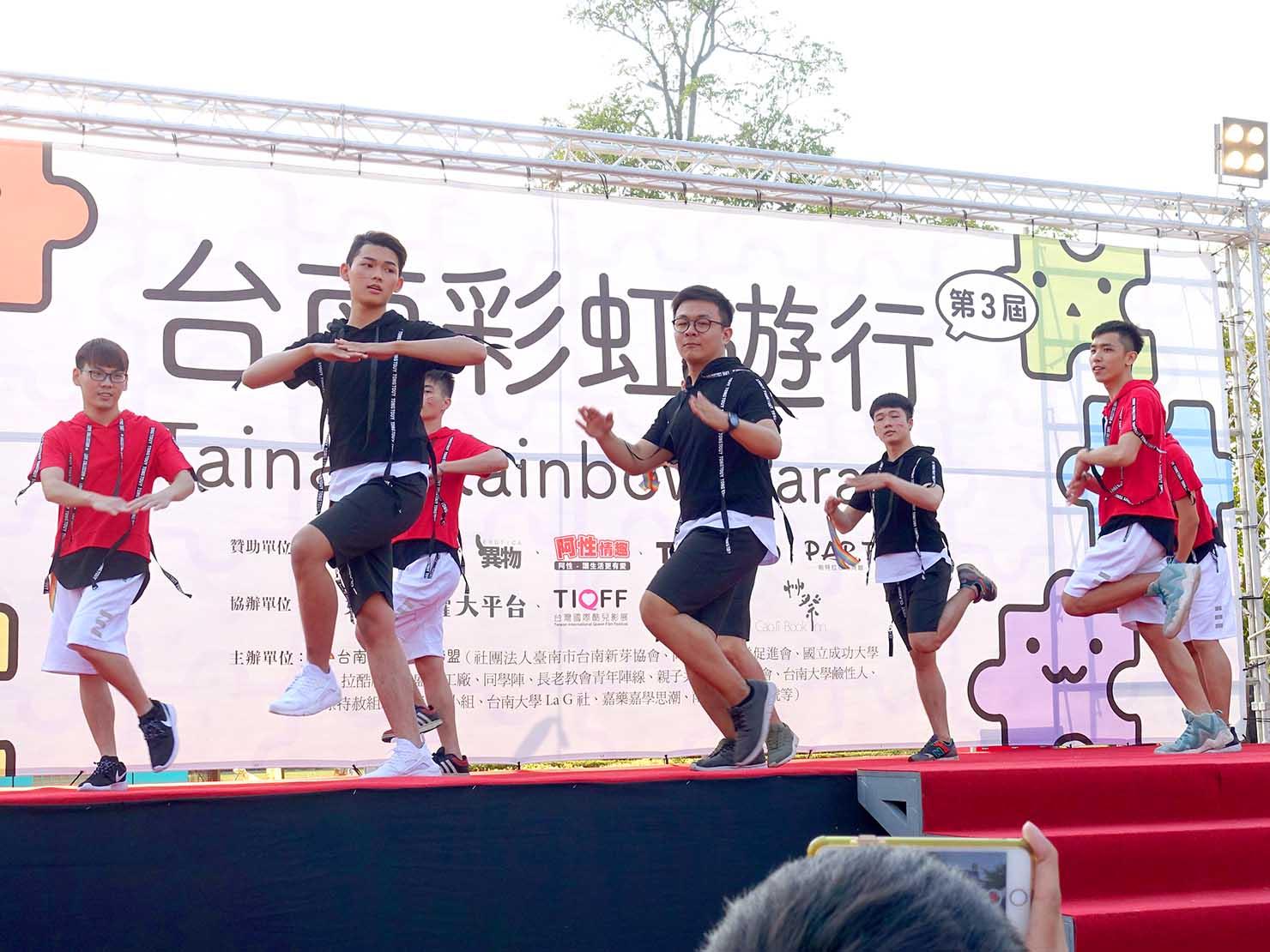 2018年台湾最初のLGBTプライド「台南彩虹遊行(台南レインボーパレード)」ステージでダンスを披露するグループ
