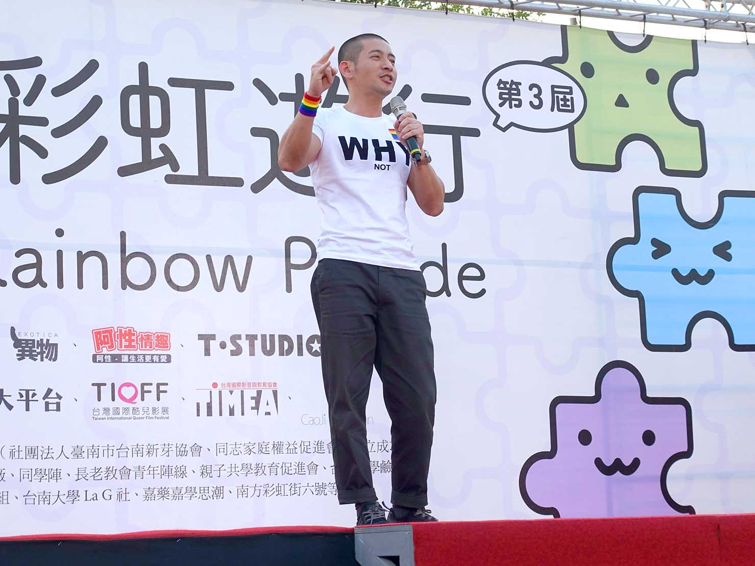 2018年台湾最初のLGBTプライド「台南彩虹遊行(台南レインボーパレード)」ステージでスピーチを行う黃益中老師