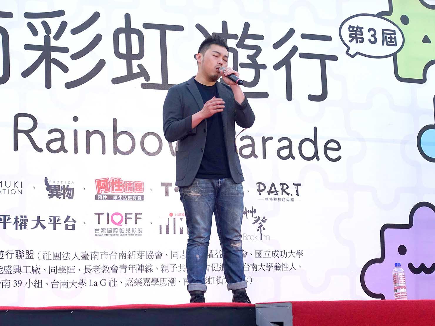 2018年台湾最初のLGBTプライド「台南彩虹遊行(台南レインボーパレード)」ステージでミニライブを行う徐逸超さん