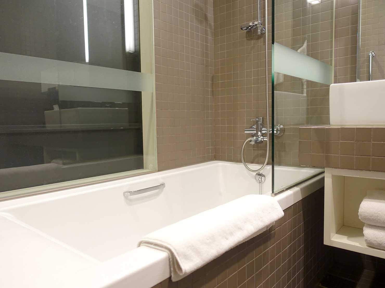 ソウル観光に超便利なアクセス抜群の特2級ホテル「新羅ステイ麻浦 Shilla Stay Mapo」スタンダードツインのバスタブ