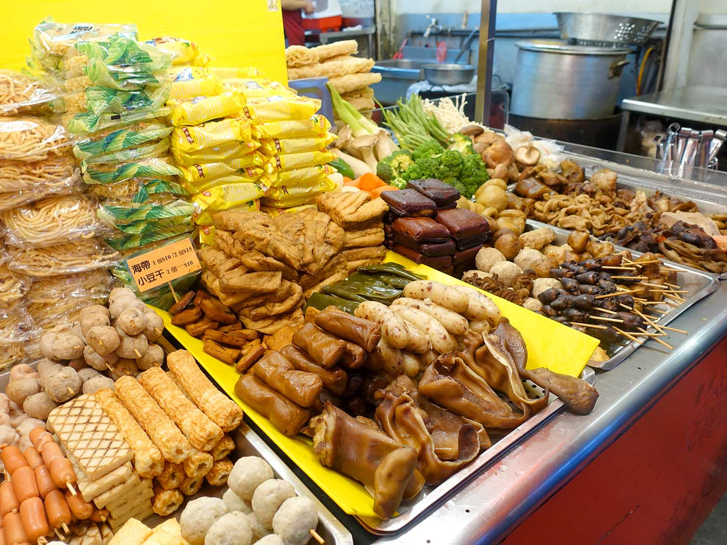 台北・師大夜市のおすすめ台湾グルメ店「金甌滷味」の食材カウンター
