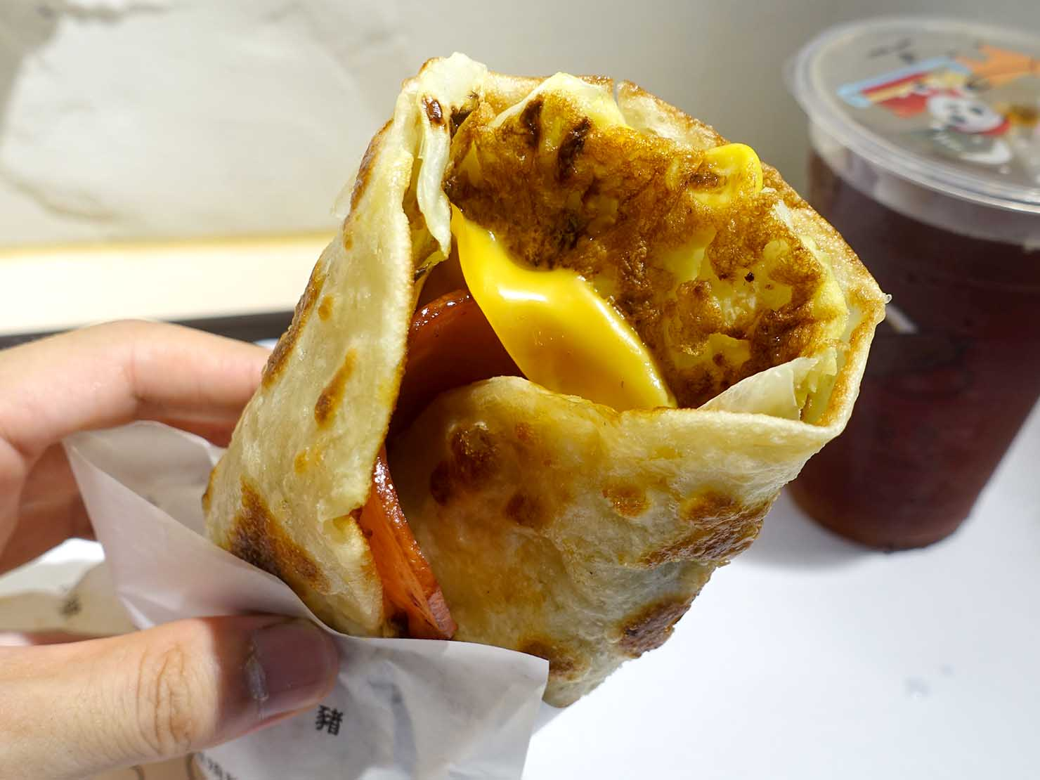 台北・師大夜市のおすすめ台湾グルメ店「蛋幾ㄌㄟˇ」の香酥蛋餅捲(綜合捲)クローズアップ