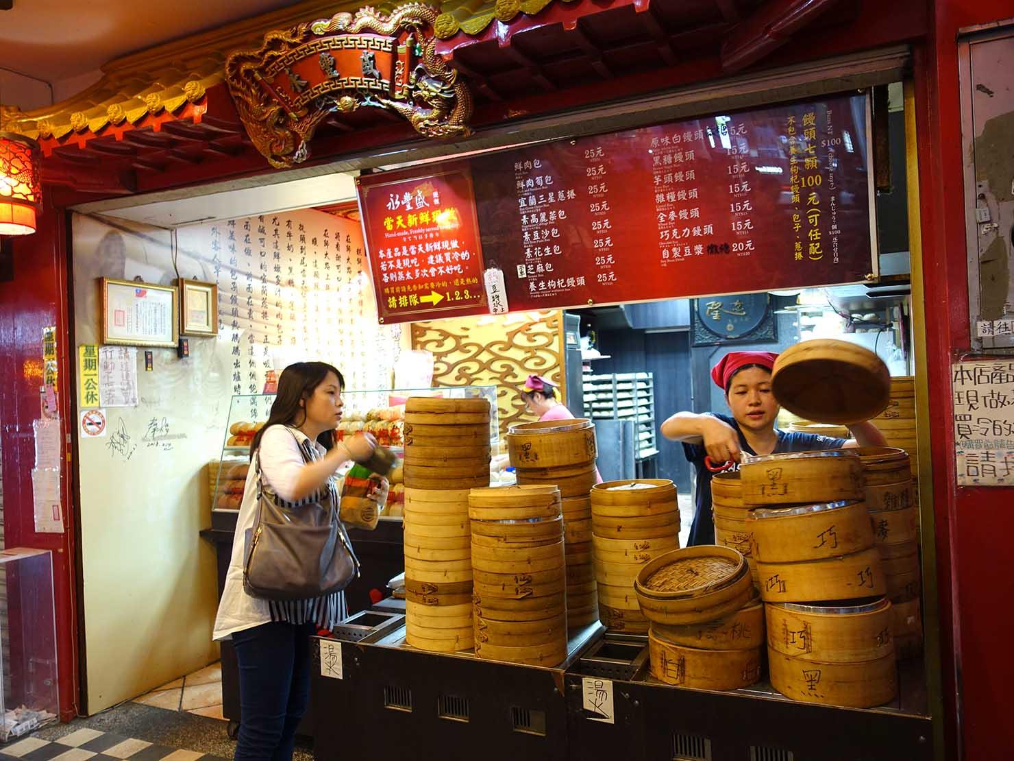 台北・師大夜市のおすすめ台湾グルメ店「永豐盛 手工包子饅頭專賣店」の蒸籠の山