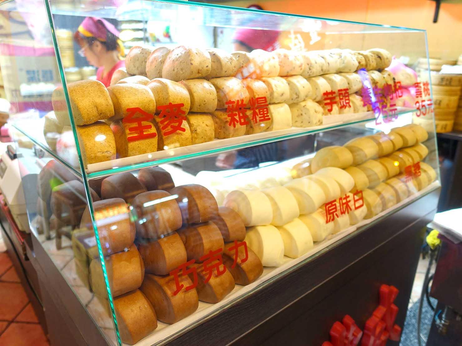 台北・師大夜市のおすすめ台湾グルメ店「永豐盛 手工包子饅頭專賣店」の軒先に並ぶ饅頭たち