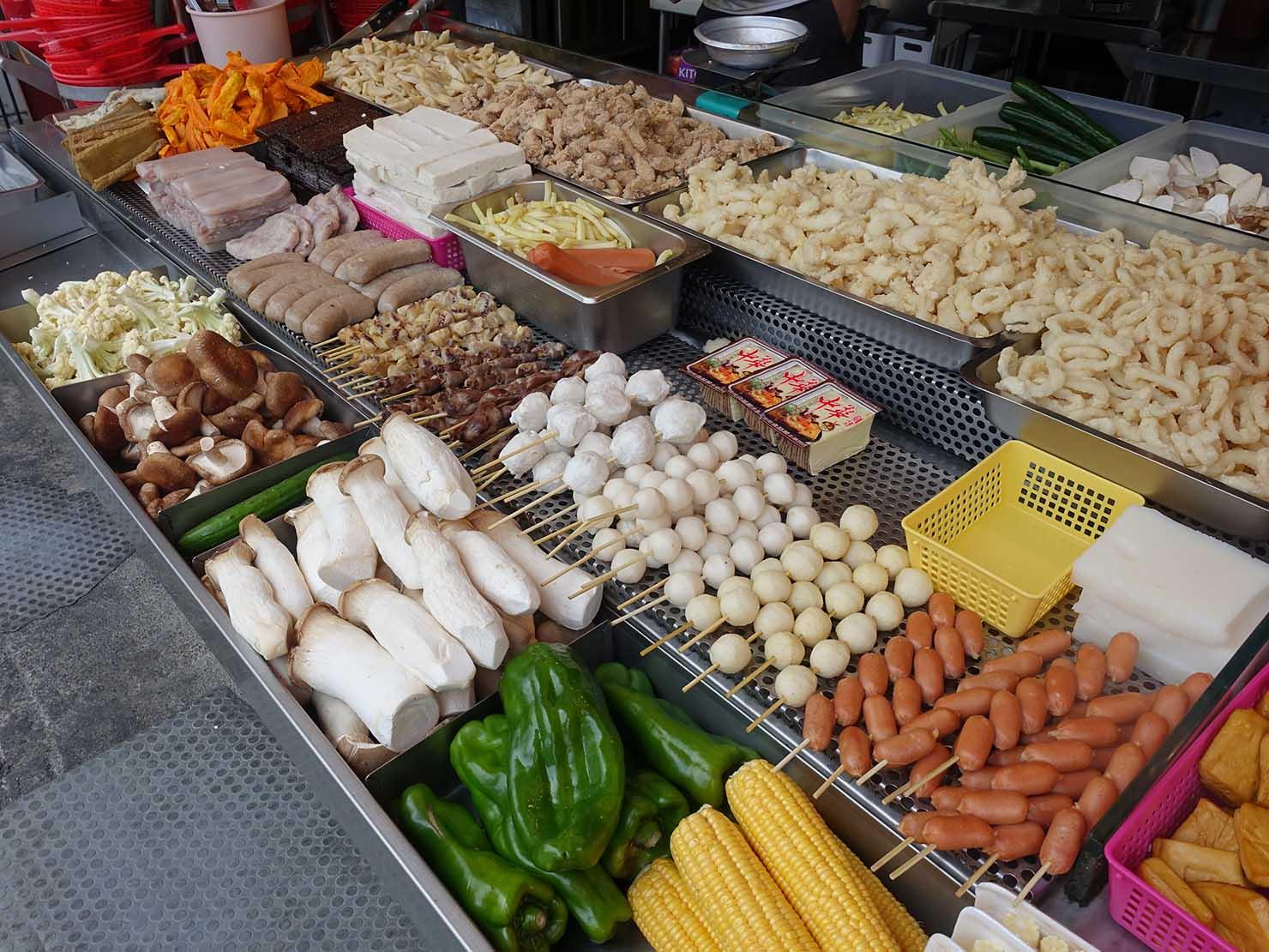 台北・師大夜市のおすすめ台湾グルメ店「師園鹹酥雞」の食材カウンター
