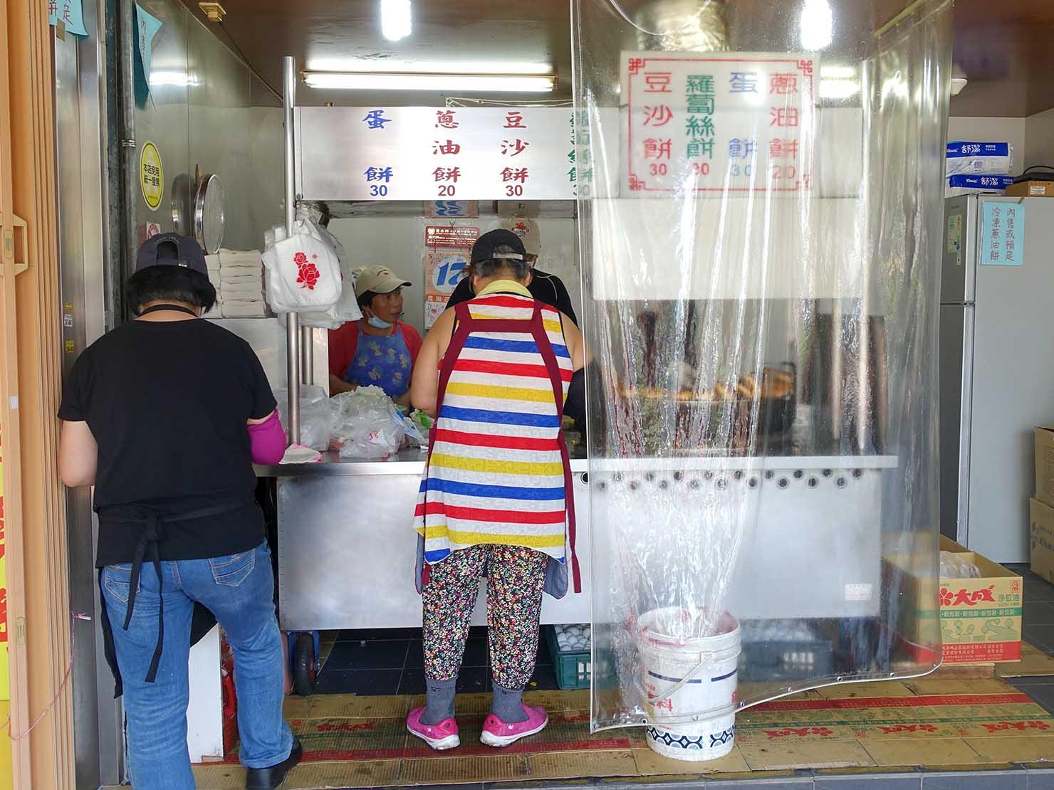 台北・師大夜市のおすすめ台湾グルメ店「溫州街蘿蔔絲餅達人」のカウンター