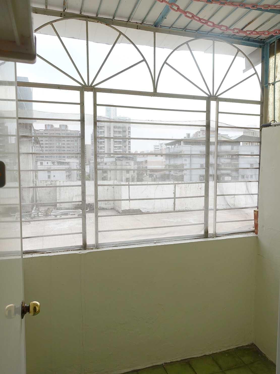 台北で台湾人彼氏と僕がルームシェアしている部屋のミニベランダ