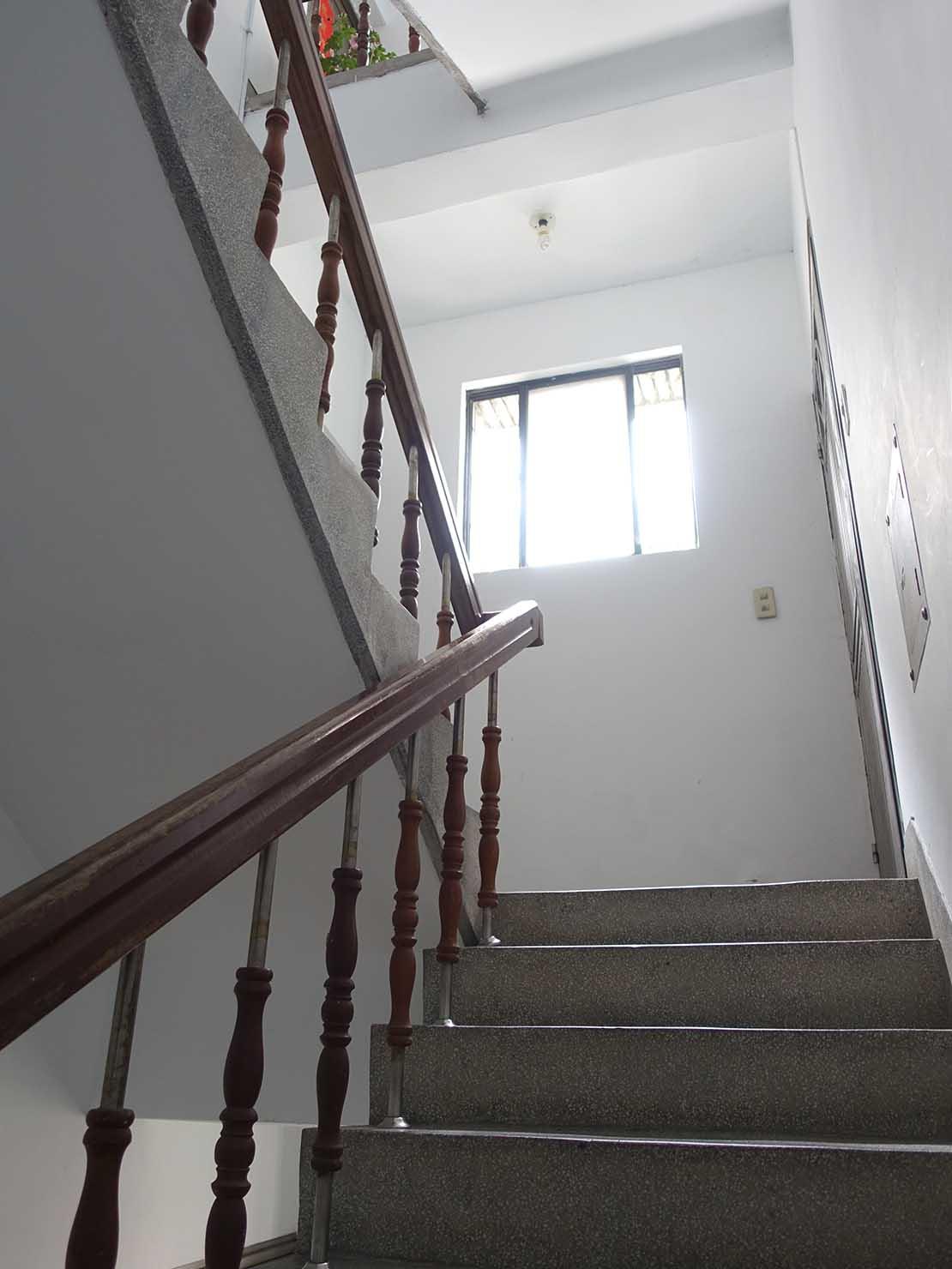 台北で台湾人彼氏と僕がルームシェアしている部屋へと続く階段