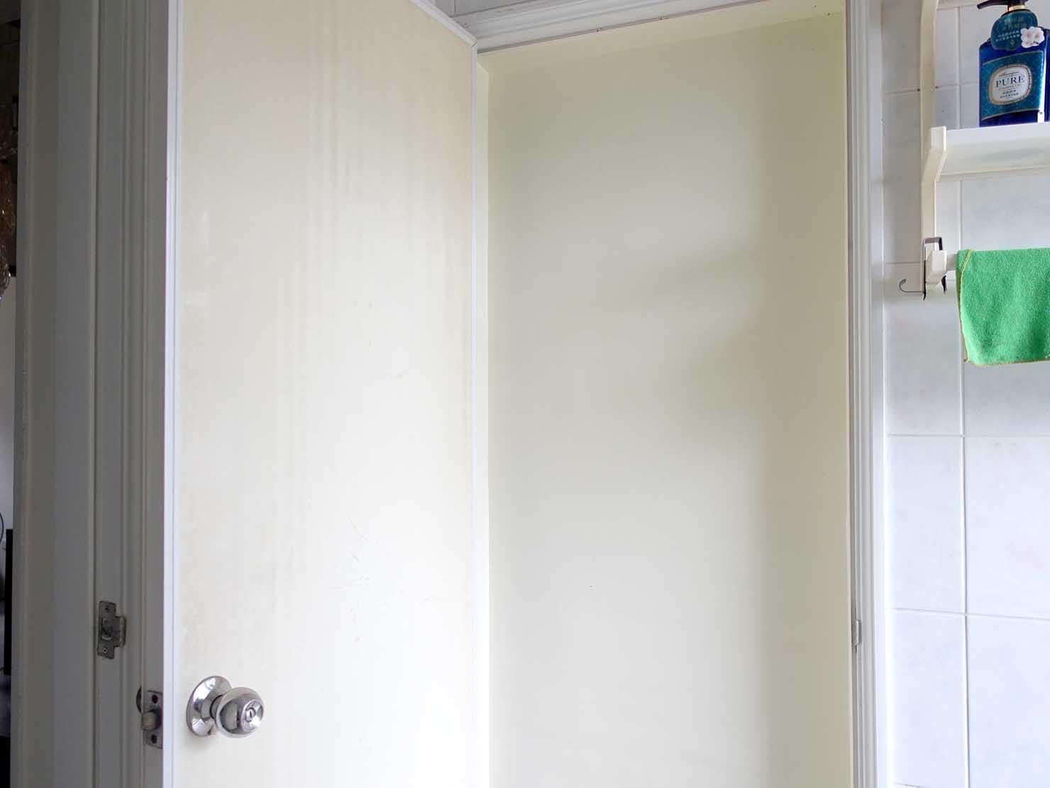 台北で台湾人彼氏と僕がルームシェアしている部屋のバスルーム内にある扉2を開けた様子