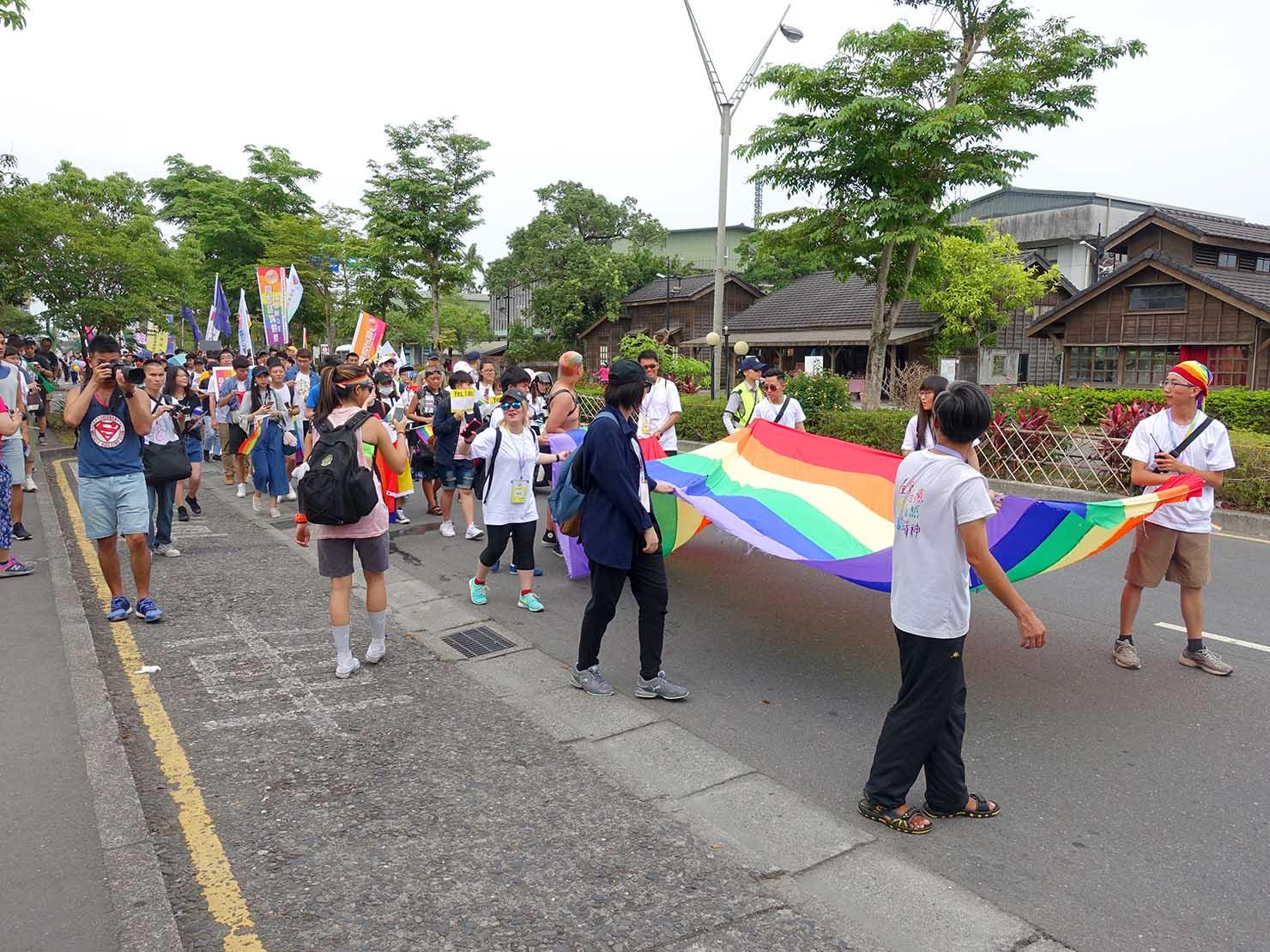 2018年台湾のLGBTプライド「宜蘭驕傲大遊行(宜蘭プライド)」のパレードを先導するレインボーフラッグ