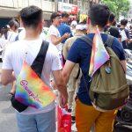 2018年台湾のLGBTプライド「宜蘭驕傲大遊行(宜蘭プライド)」パレードで手を繋ぐ同性カップル