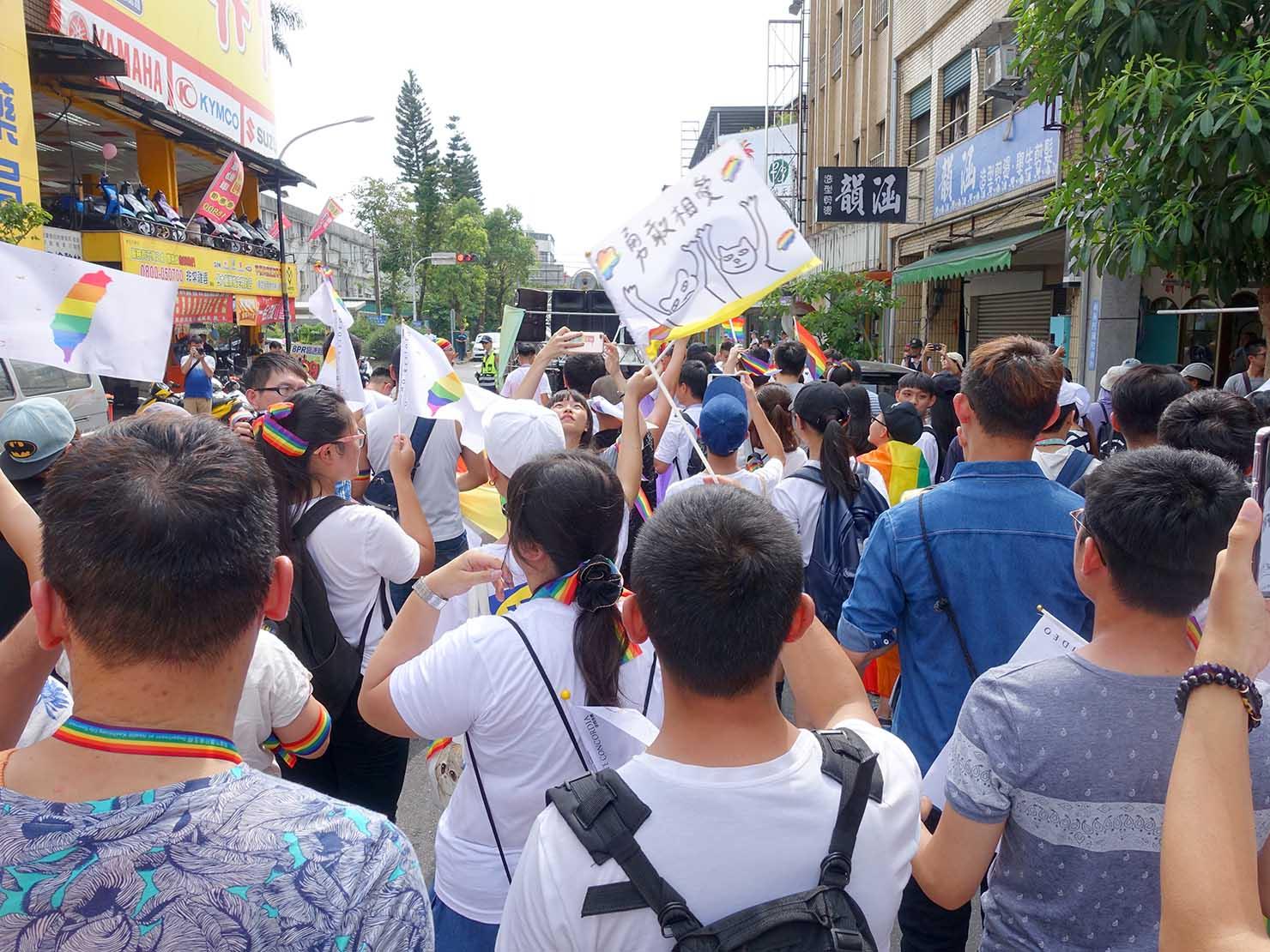 2018年台湾のLGBTプライド「宜蘭驕傲大遊行(宜蘭プライド)」パレードでレインボーフラッグを振る参加者たち