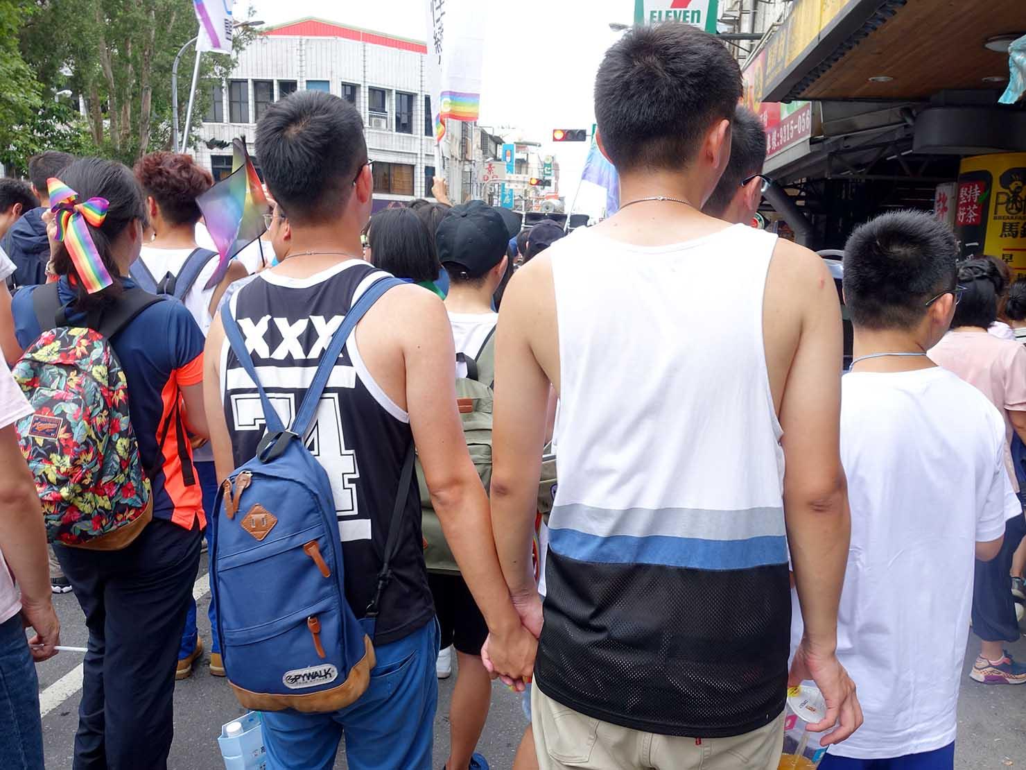 2018年台湾のLGBTプライド「宜蘭驕傲大遊行(宜蘭プライド)」パレードに手を繋いで参加する同性カップル