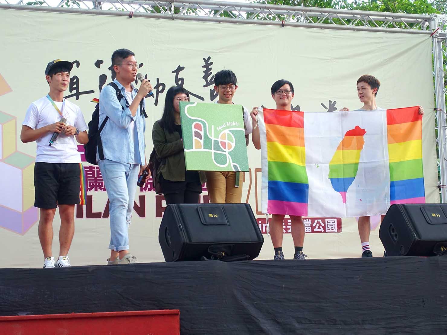 2018年台湾のLGBTプライド「宜蘭驕傲大遊行(宜蘭プライド)」のステージに立つ地元のLGBT関連グループ