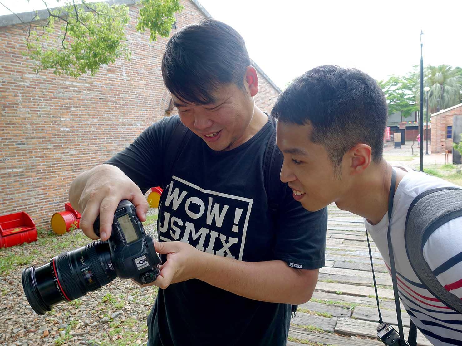 KKday台湾旅行・出張撮影サービスでカメラマンと写真チェック
