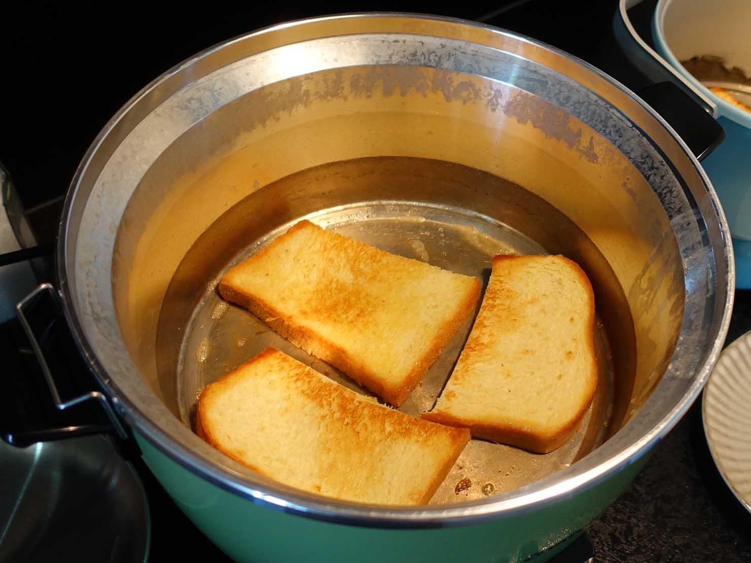 台湾家庭の必需品「大同電鍋(ダートン・ディエングオ)」でトーストを焼く