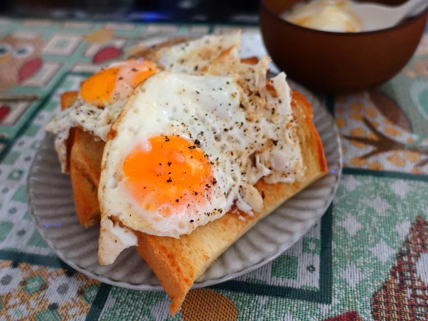 台湾家庭の必需品「大同電鍋(ダートン・ディエングオ)」で焼いたトーストと目玉焼き
