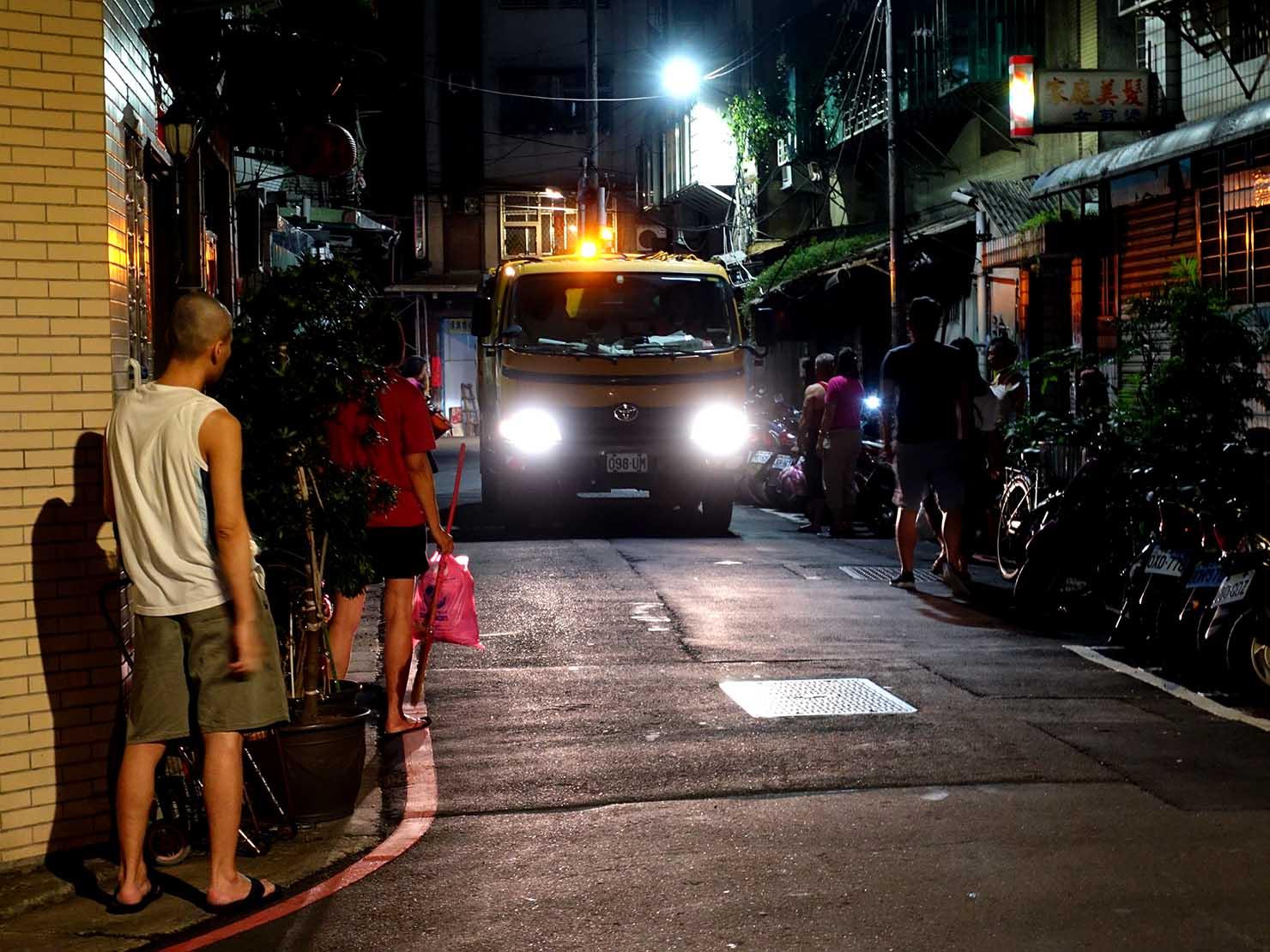 『エリーゼのために』を流しながらやってくる台湾のゴミ収集車