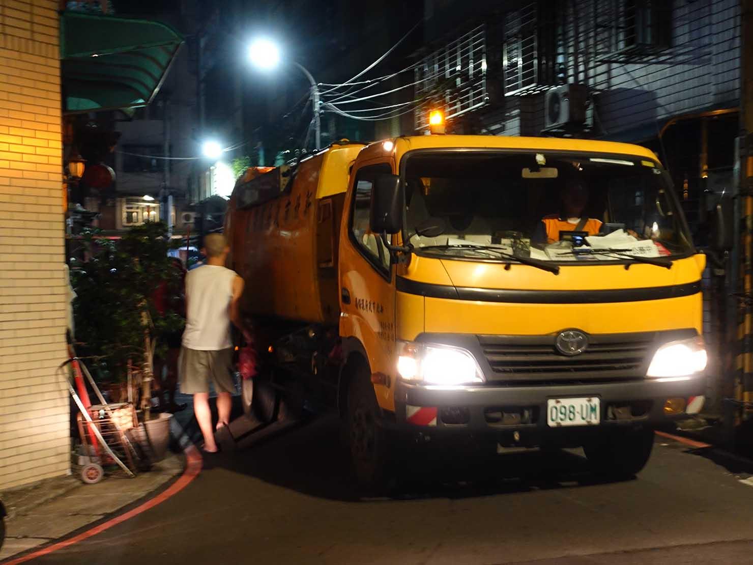 台湾の一般ゴミと生ゴミの収集車