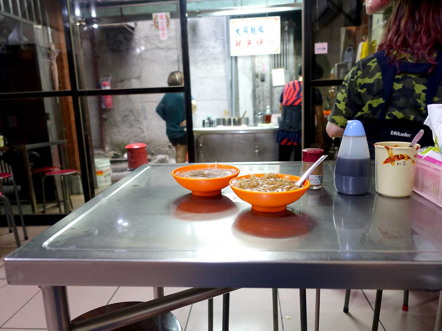台北・龍山寺エリアのおすすめグルメ店「萬華戲院大腸麵線魷魚羹」の店内