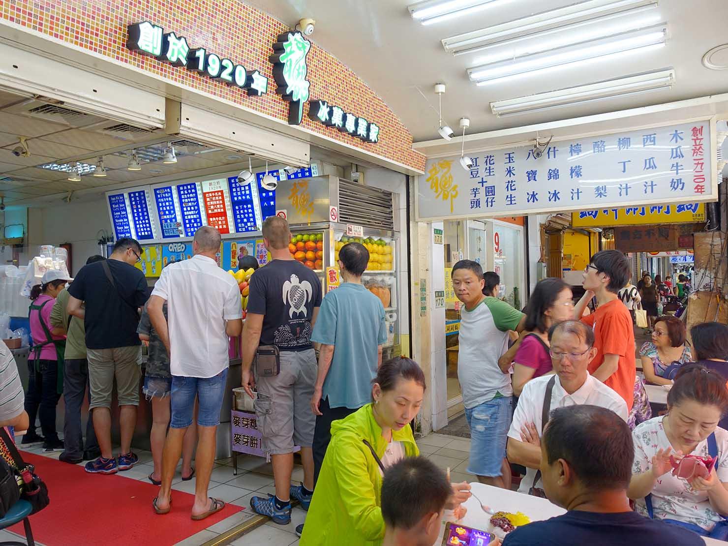 台北・龍山寺エリアのおすすめグルメ店「龍都冰菓專業家」にできる行列
