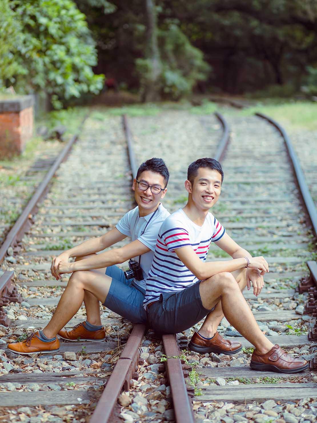 KKday台湾旅行・出張撮影サービス撮影サンプル(線路に座る2人)