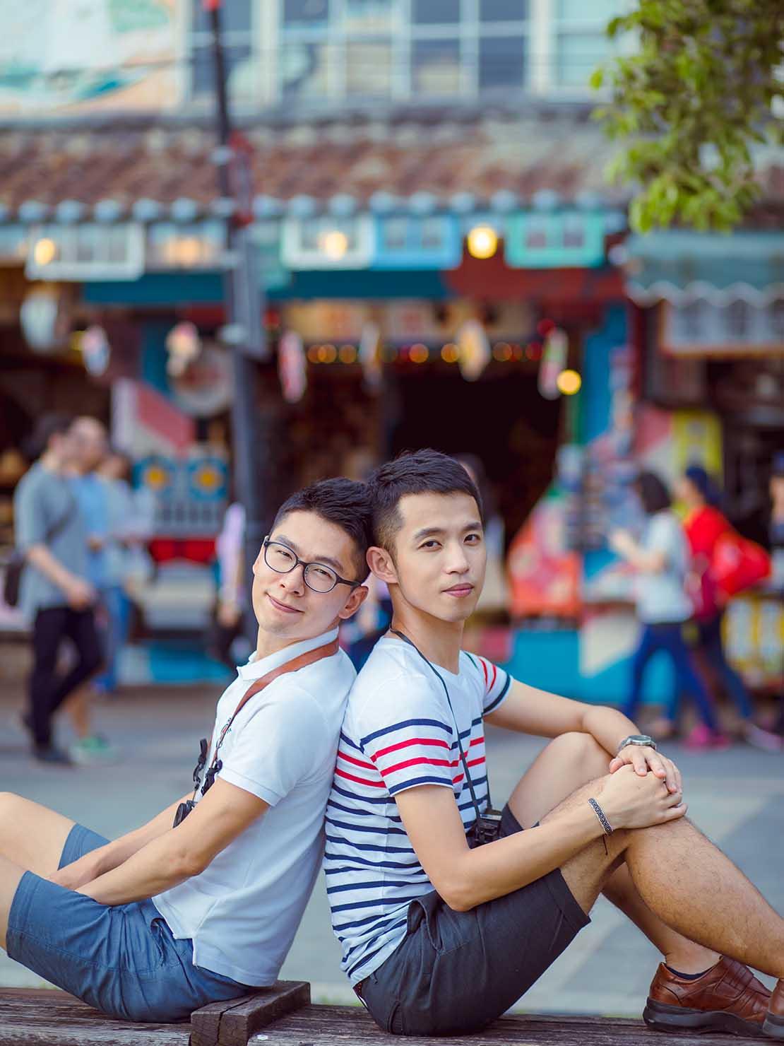 KKday台湾旅行・出張撮影サービス撮影サンプル(淡水老街に座る2人)