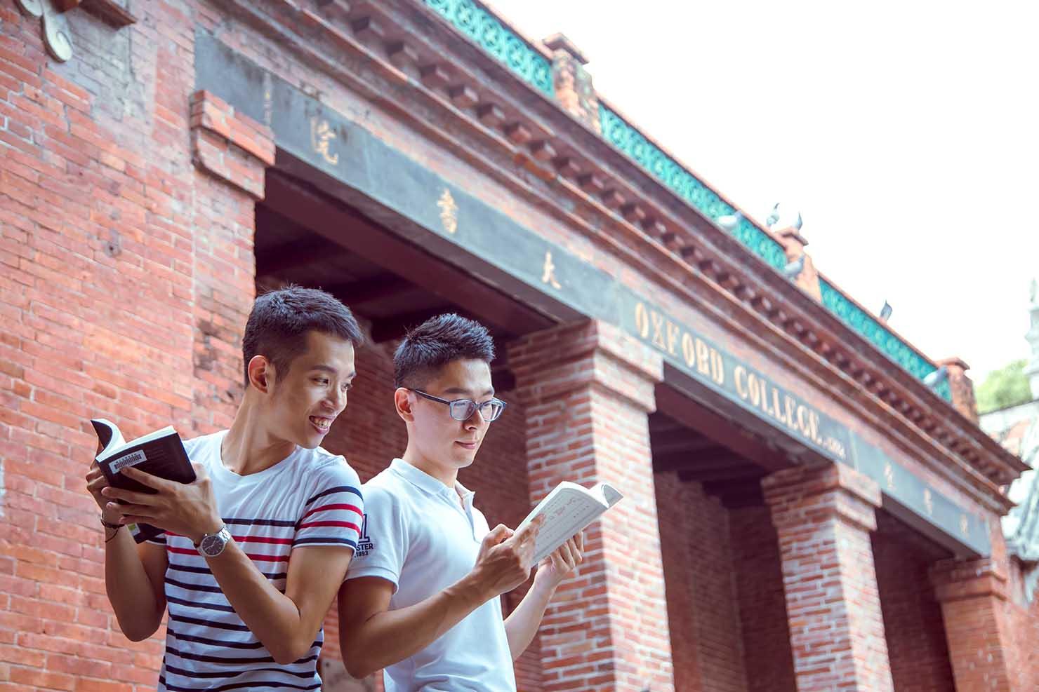 KKday台湾旅行・出張撮影サービス撮影サンプル(レンガ造りの建物前に立つ2人)