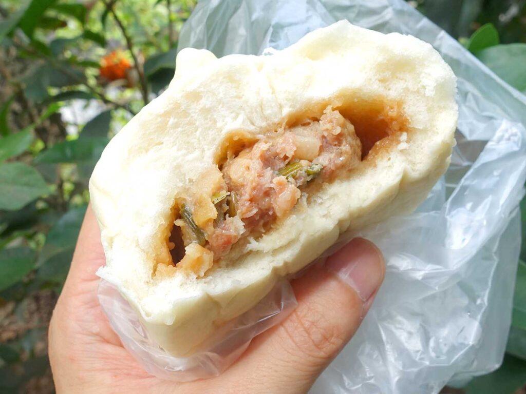台北・行天宮のおすすめグルメ店「土包子饅頭店」の上肉包クローズアップ
