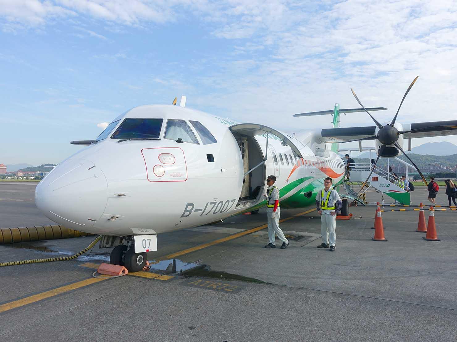 KKday外国人限定「花蓮・太魯閣(タロコ)日帰りツアー」台北・松山空港から出発する立榮航空(UNI AIR)の飛行機