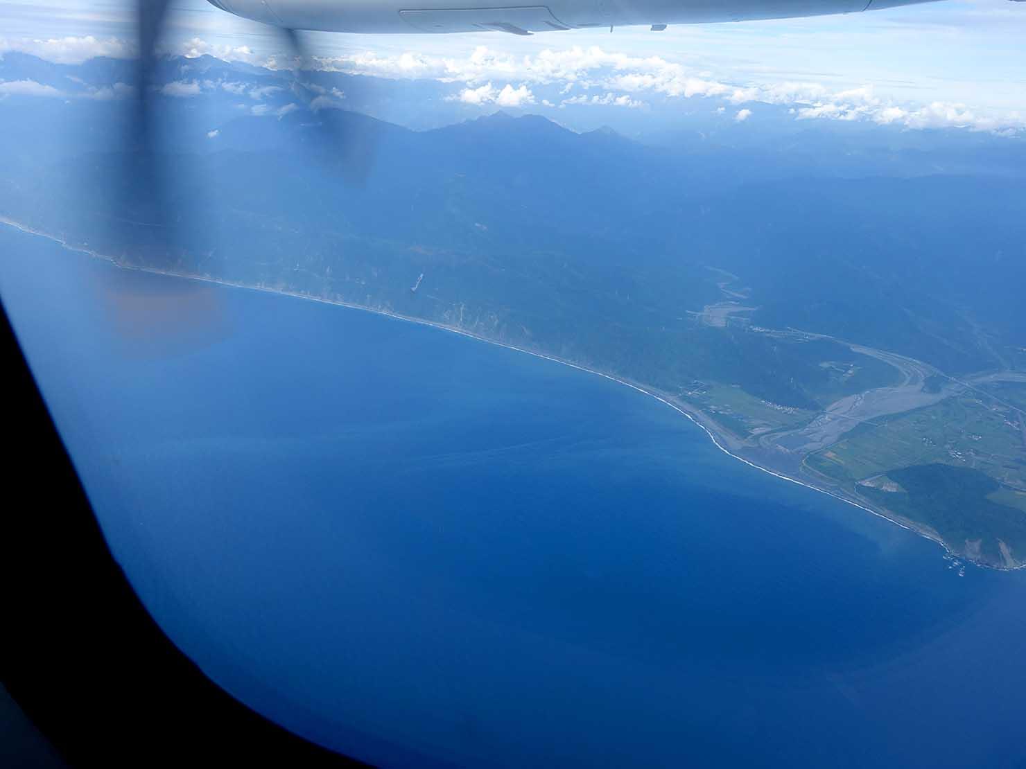 KKday外国人限定「花蓮・太魯閣(タロコ)日帰りツアー」の飛行機から望む台湾東海岸