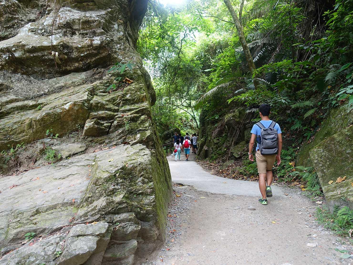 KKday外国人限定「花蓮・太魯閣(タロコ)日帰りツアー」砂卡噹步道の崖に囲まれた道