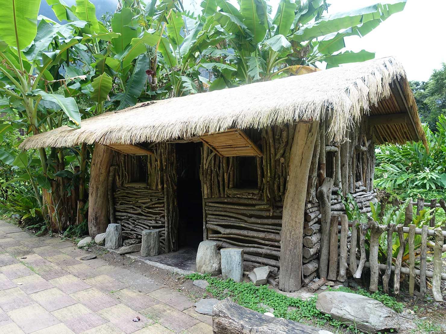 KKday外国人限定「花蓮・太魯閣(タロコ)日帰りツアー」布洛灣のレストラン・山月村の中庭にある原住民族の伝統家屋