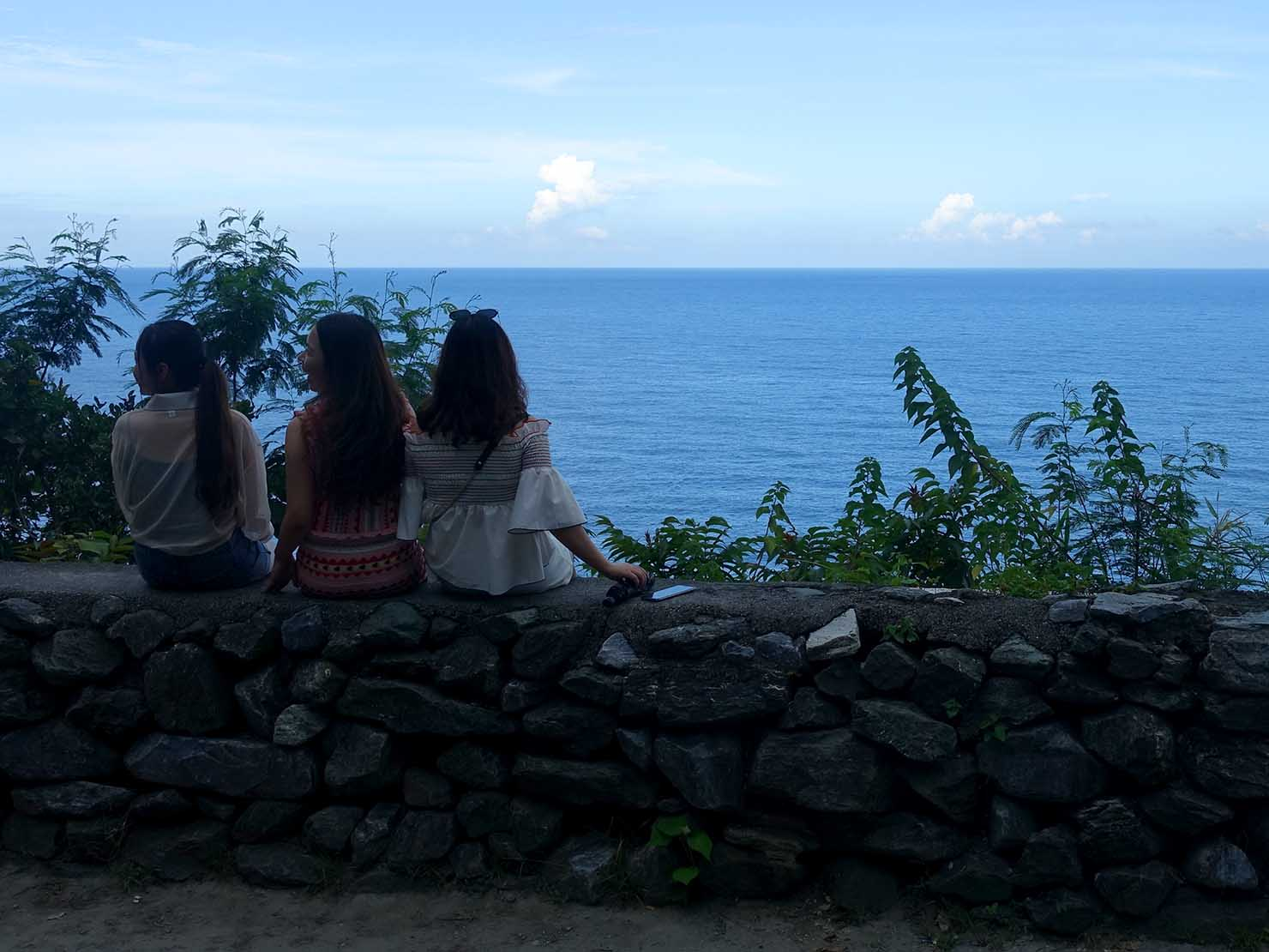 KKday外国人限定「花蓮・太魯閣(タロコ)日帰りツアー」清水斷崖で海を眺める女子グループ