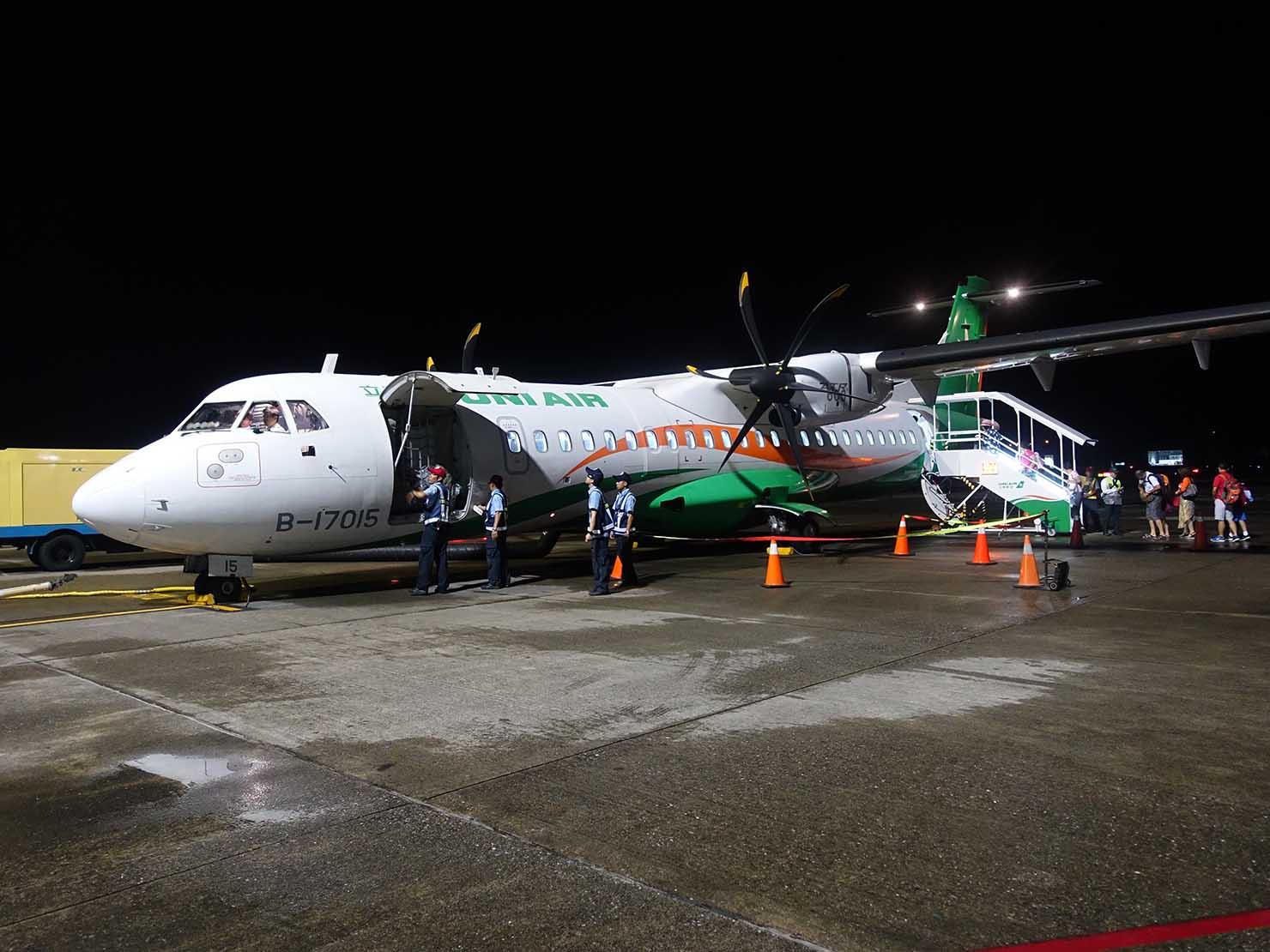 KKday外国人限定「花蓮・太魯閣(タロコ)日帰りツアー」台北・松山空港に到着した立榮航空(UNI AIR)の飛行機