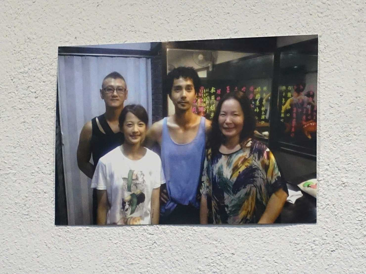 台北・行天宮のおすすめグルメ店「阿勳鹹粥」の店内に貼られた俳優さんの写真