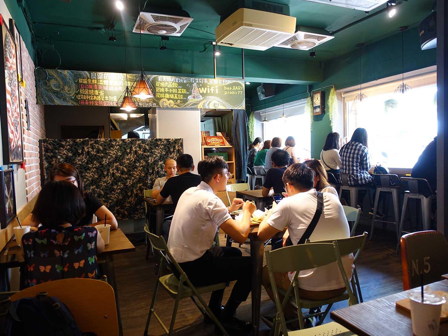 台北・行天宮のおすすめグルメ店「良粟商號」の店内